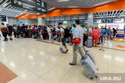 Пресс-тур в Уфу по объектам, построенным к ШОС и БРИКС в 2015 году. Уфа, аэропорт, очередь , стойка регистрации, регистрация на рейс, пассажиры