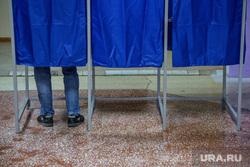 Предварительное голосование за кандидатов Единой России в городскую думу. Тюмень , кабинки для голосования, ноги в кроссовках, избиратель