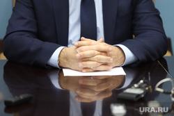 Брифинг врио губернатора Курганской области Шумкова Вадима со СМИ, депутат, руки, бизнесмен, сложенные пальцы
