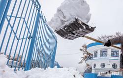 Виды города. Екатеринбург, уборка снега, дворник с лопатой, ск динамо