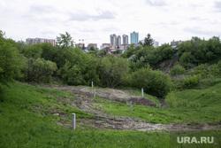 Лог , на месте которого хотят построить общежитие ТюмГУ. Покосившийся дом по ул. Беляева, который не могут сдать в эксплуатацию. Тюмень, лог, овраг