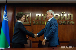 Визит губернатора ХМАО Натальи Комаровой в Когалым и встреча с Аликперовым. Когалым, рукопожатие, лукойл, алекперов вагит, комарова наталья