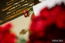 Мемориалы после крушения ТУ-154 в небе над Сочи. Концертный зал Александрова. Офис доктора Лизы. Москва, траур, кз александрова, цветы