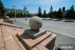Виды города. Курган, площадь ленина, город курган, крыльцо администрации кургана, бетонный шар