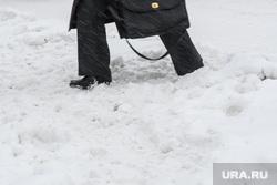 Виды Екатеринбурга, сугроб, пешеход, снег в городе, неубранный снег