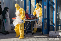 Отработка учений в магнитогорском аэропорту и горбольнице №1 по лихорадке Эбола, больной, носилки, защитный костюм, медики