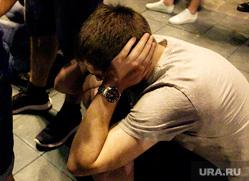 Фан-зона ЦПКиО. Матч Россия - Хорватия., закрыл уши руками