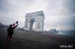 Акция протеста против повышения налога на бензин и дизельное топливо на Елисейских полях. Франция, Париж, париж, триумфальная арка, флаг франции, франция, полиция, акции протеста