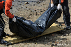 Тело мужчины на отмели Городского пруда в начале улицы Первомайская. Екатеринбург, труп, тело, мертвец, утопленник, покойник, мешок для трупов