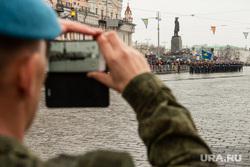 Парад Победы. Екатеринбург, солдат, парад, снимает на телефон, площадь 1905 года