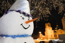 Рейд по украшенным к Новому году объектам  Курган, снеговик