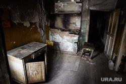 Жилье муниципального найма в селе Филькино, Серовский район Свердловской области, старый дом, барак, трущобы, аварийное жилье, разруха, печь, упадок