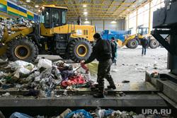 Посещение инициативными гражданами мусоросортировочного завода. Тюмень, помойка, тбо, гора, погрузчик, сортировка мусора, хлам, грязь, куча, мусоросортировочный завод, тэо, отбросы, спецтехника для полигонов тбо