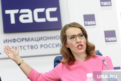 Пресс-конференция Ксении Собчак в ТАСС. Москва, собчак ксения, жест рукой, тасс
