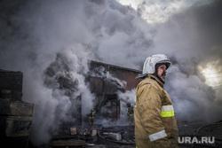 Пожар на улице Карьерной, 30. Екатеринбург, дым, пожарный, пожар