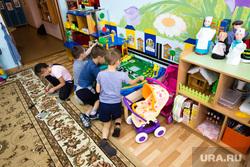 Рабочий визит губернатора ХМАО Натальи Комаровой в село Угут, Сургутский район., детский сад, дети играют