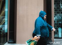 Прохожие на фоне люксовых магазинов. Екатеринбург, лев, мужчина, ожирение
