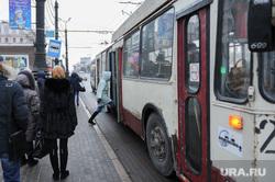 Остановка общественного транспорта на площади Революции. Челябинск, троллейбус, пассажир, остановка общественного транспорта