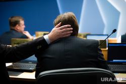 Внеочередное заседание Думы города. Сургут, чиновник, рука на голове, гладит по голове