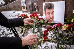 Вахта памяти Бориса Немцова на площади Труда. Екатеринбург, цветы, вахта памяти, немцов борис фото