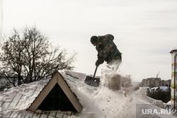 Уборка снега с крыши. клипарт. Тюмень, крыша, уборка снега
