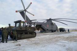 Доставка бульдозера ТМ-10 в район обвала горных пород на Бурейском водохранилище, бульдозер, военный вертолет