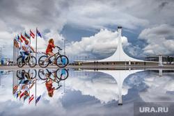 Сочи, флаги, олимпийский огонь, велосипедисты, отражение, сочи