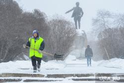 Виды города, снег. Екатеринбург, дворник, памятник свердлову, сквер, уборка снега