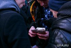 Старт продаж Apple IPhoneX в re:Store на Тверской, 27. Москва , очередь за айфонами, считает деньги, купюры, продажа, покупка