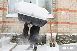 Влад Рябухин чистит снег в костюме Бэтмена. Свердловская область, пос. Кедровка, дворник, уборка снега, убирает снег
