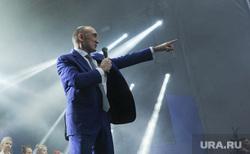 Почетные граждане города на праздничном концерте. Челябинск, указывает, сцена, дубровский борис