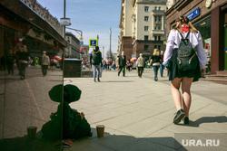 Первомайская демонстрация в Москве на Красной площади. Москва, попрошайка, школьницы, нищая, пионерка, город москва, улица тверская, первомай, побирушка