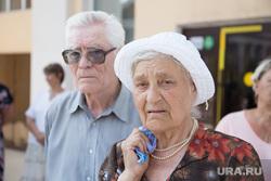 Митинг КПРФ против действующей власти и пенсионной реформы. Курган, пенсионеры, бабушка с платочком