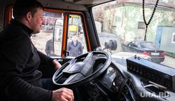 В Екатеринбурге моют дороги с шампунем, водитель камаза