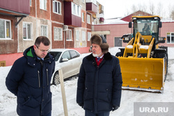 Уборка снега во дворах на улице Майской. Сургут, шувалов вадим, богач роман