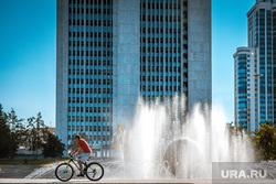 Виды города. Екатеринбург, лето, велосипедист, фонтан, октябрьская площадь