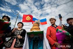 День России. Сургут, национальные костюмы, флаг россии, киргизы, флаг киргизии