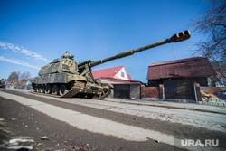 Первая репетиция юбилейного Парада Победы в Екатеринбурге на 2-ой Новосибирской, пушка, военная техника, танк, сау, мста-с, военные в деревне