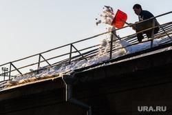 Чистка крыши УрГПУ на Карла Либкнехта. Екатеринбург, уборка снега, снег на крыше, зима, чистка крыши дома