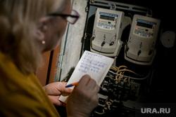 Клипарт ЖКХ. Москва, пенсионерка, жкх, электричество, электроэнергия, показания счетчика, счет за жкх, счетчик, коммуналка, счет за коммуналку, коммунальные платежи