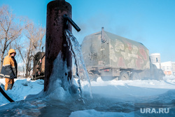 Работники «Водоканала» размораживают колонку по ул. Климова. Курган, лед, разморозка колонки, разморозка водопроводных труб, колонка, колонка водоразборная