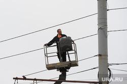 Глава города Евгений Тефтелев проверяет ход весенней уборки города. Челябинск, работник электросетей
