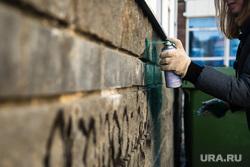 Рейд по дворам, с целью закрасить незаконную рекламу наркотиков. Сургут, рисование, граффити, баллончик с краской