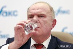 Пресс-конференция КПРФ в Интерфакс с участием Геннадия Зюганова. Москва, зюганов геннадий, пьет воду