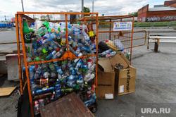 Челябинский железнодорожный вокзал. Привокзальная площадь. Музей железнодорожной техники. Челябинск, мусор, мусорный контейнер, мусорка, раздельный сбор мусора, пластинковые бутылки, помойка