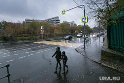 Начало сноса Ховринской больницы в Москве, пешеходный переход, пасмурная погода, ховрино, улица клинская