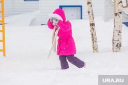 Деревня Шапша. Строительство храма. Ханты-Мансийский район., ребенок, снег, зима