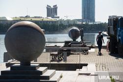 На Октябрьской площади смывают синий покеболл. Екатеринбург, октябрьская площадь, благоустройство, уборка набережной