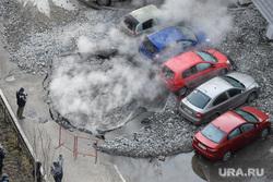 Прорыв горячей воды на улице Крылова. Екатеринбург, коммунальная авария, горячая вода, яма на дороге, прорыв трубы, дыра в асфальте, пар