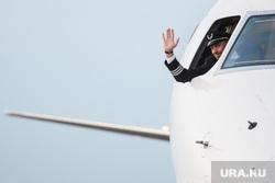 Споттинг в Кольцово. Екатеринбург, пилот, жест рукой, прощание, капитан самолета